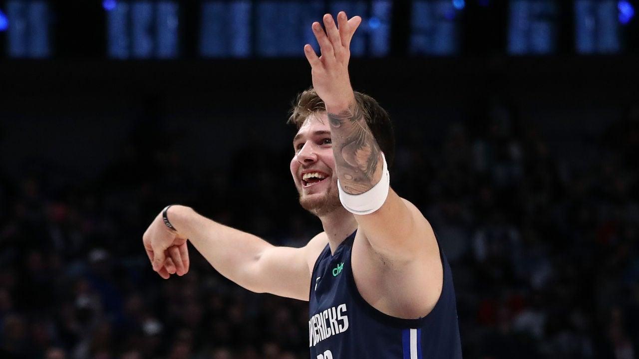 Luka Doncic celebra una canasta ante los Kings