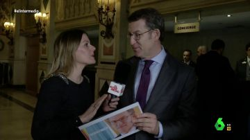 El tenso momento en el que Feijóo intenta explicar a Andrea Ropero por qué cuesta ver las siglas del PP en su cartel preelectoral