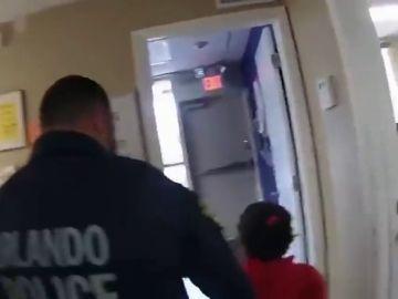Salen a la luz las imágenes de la detención de una niña de seis años en Estados Unidos: se la llevaron esposada del colegio