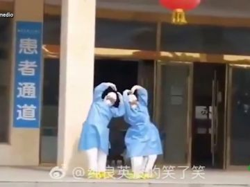 El divertido baile de dos médicos chinos tras curar a seis enfermos de coronavirus