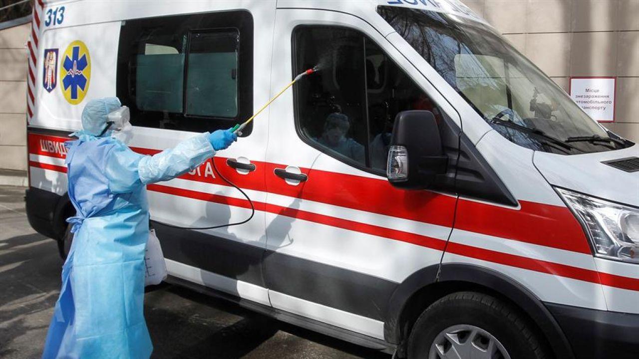 Desinfectan una ambulancia en Kiev, Ucrania