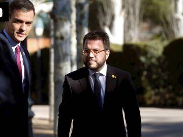 Pedro Sánchez con Pere Navarro (ERC) a su llegada a la mesa de diálogo.