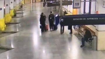 Imagen de la despedida entre las hermanas norteamericanas y los afganos en Murcia