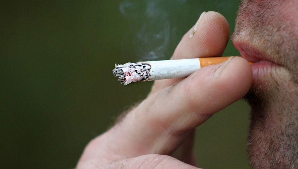 El precio medio de una cajetilla de tabaco en España es de cinco euros.