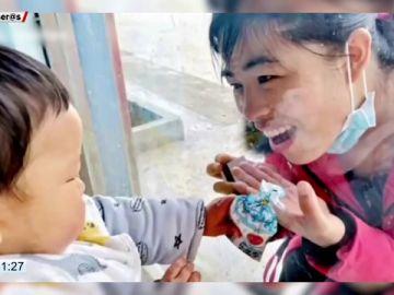 El conmovedor momento en el que una enfermera que lucha contra el coronavirus da un beso a su hijo a través de un cristal