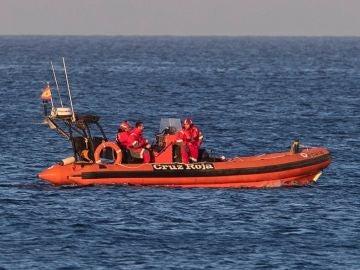 Imagen de miembros de la Cruz Roja participando en las labores de búsqueda del piloto en La Manga
