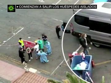 Comienzan a salir los huéspedes del Hotel H10 Costa Adeje Palace de Tenerife que permanecían aislados por el coronavirus