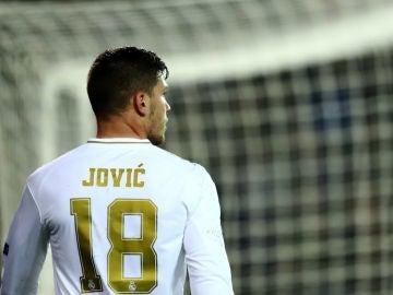 Luka Jovic, de espaldas