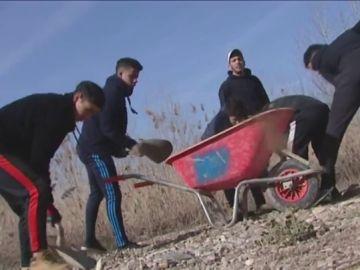 Un grupo de menores no acompañados trabajan a destajo para reparar los daños causados por el temporal