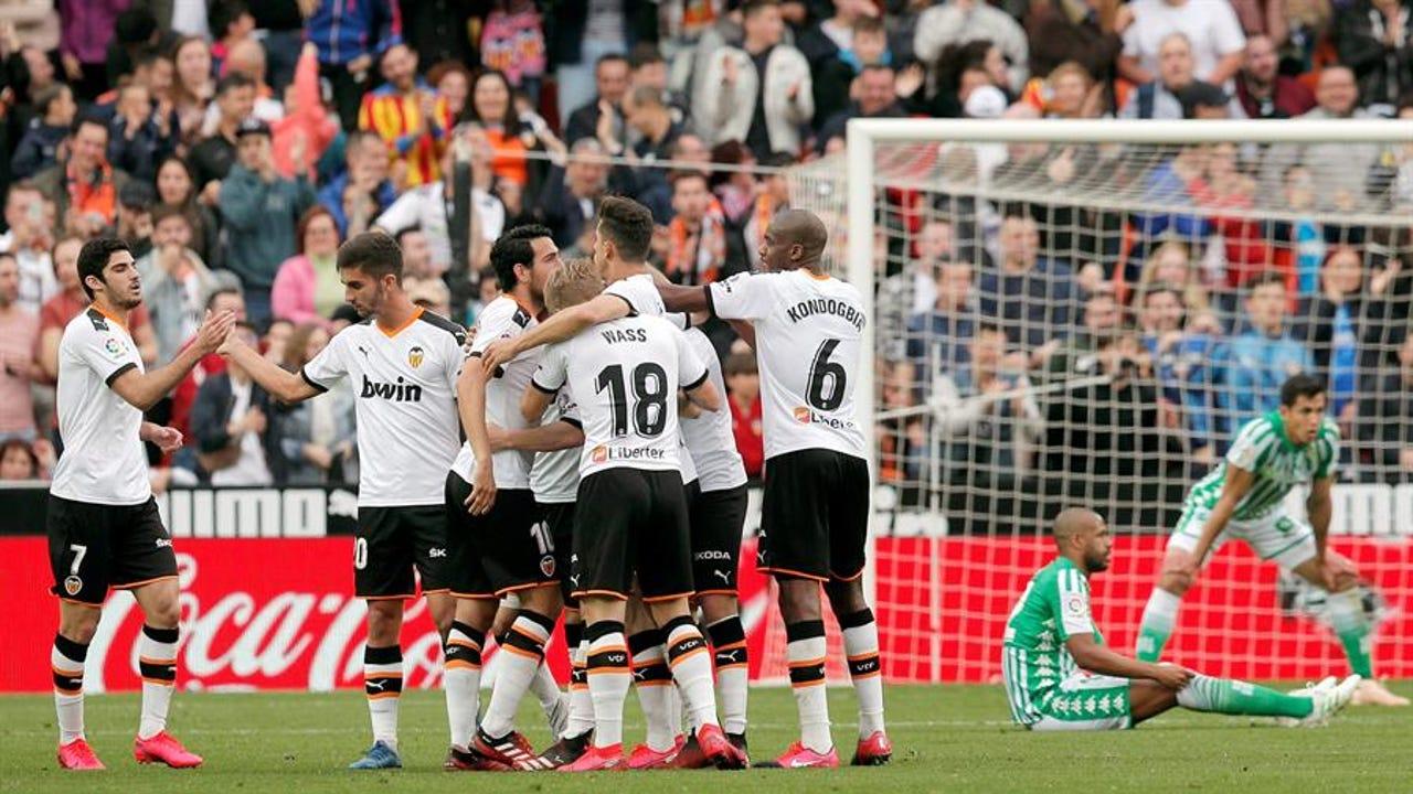 Los futbolistas del Valencia celebran un gol en Mestalla.