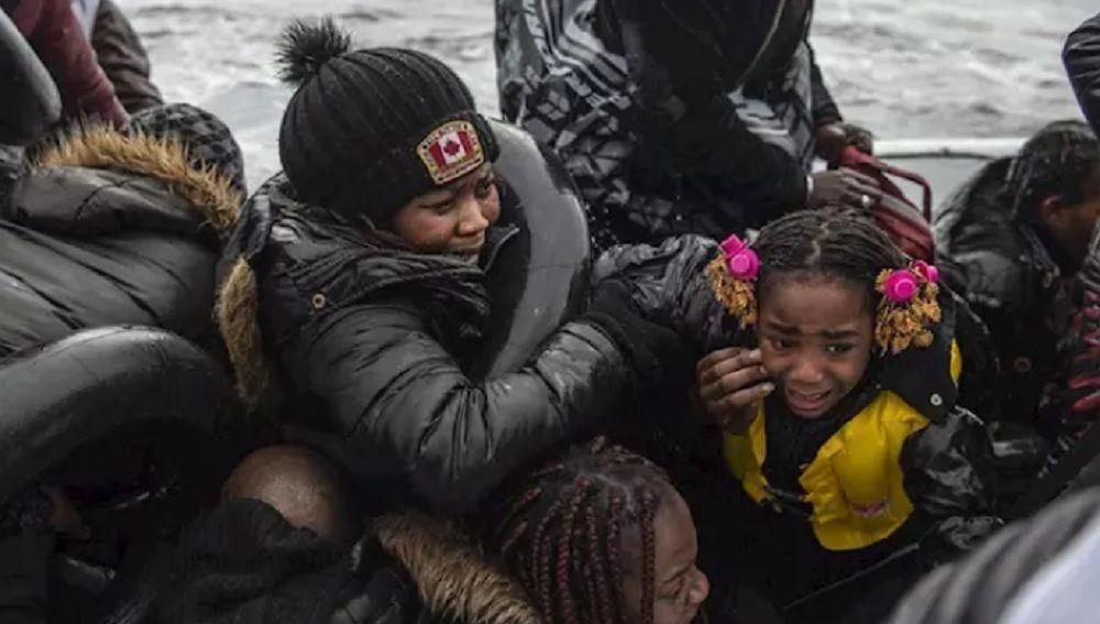 Imagen de migrantes llegando a Lesbos desde Turquía.