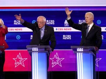 Elisabeth Warren, Bernie Sanders y Joe Biden, en el debate de los candidatos demócratas a la presidencia