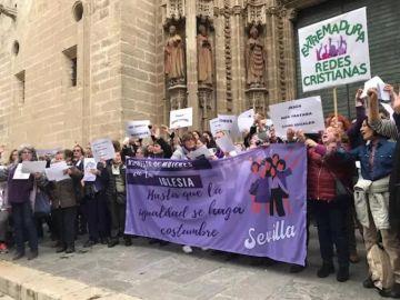 Imagen de la manifestación de mujeres frente a la Catedral de Sevilla.