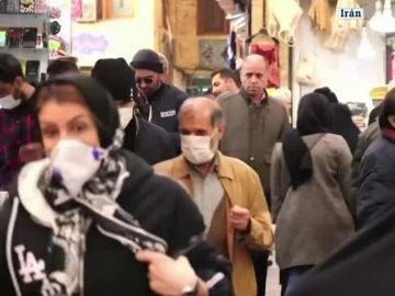 Ciudadanos iraníes con mascarillas por el coronavirus