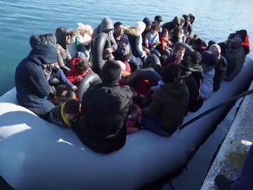 Un grupo de radicales recibe entre insultos y amenazas a una patera en Lesbos