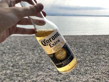 Una cerveza de la marca 'Corona'