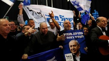 Simpatizantes de Benjamin Netanyahu celebran los resultados del primer ministro en las elecicones