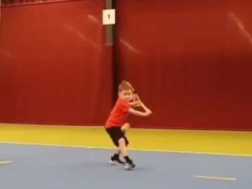 Etah entrena al tenis.
