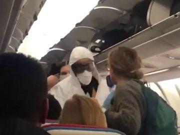 Con mascarillas y controles de temperatura: el protocolo a bordo de un avión con destino a Estambul en Barajas