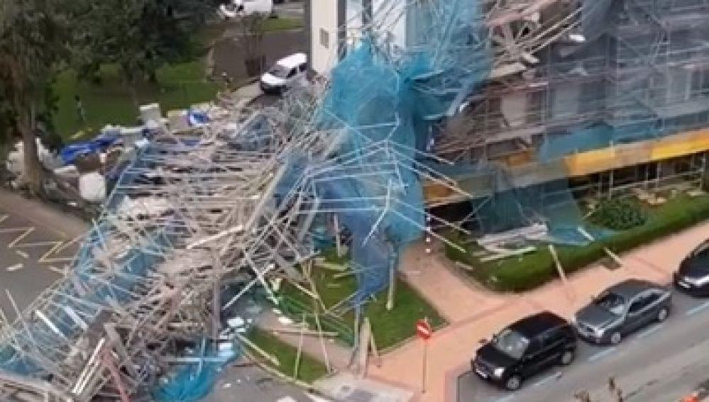 El fuerte viento derrumba un andamio de un edificio de 11 pisos