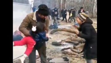 El desgarrador llanto de una niña siria asfixiándose con los gases lacrimógenos lanzados por la policía griega