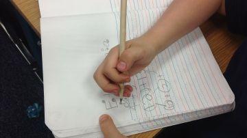 Un niño escribiendo en un cuaderno