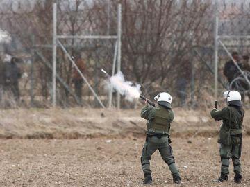 Soldados griegos lanzan botes de gases lacrimógenos para contener a los refugiados que llegan a su frontera desde Turquía