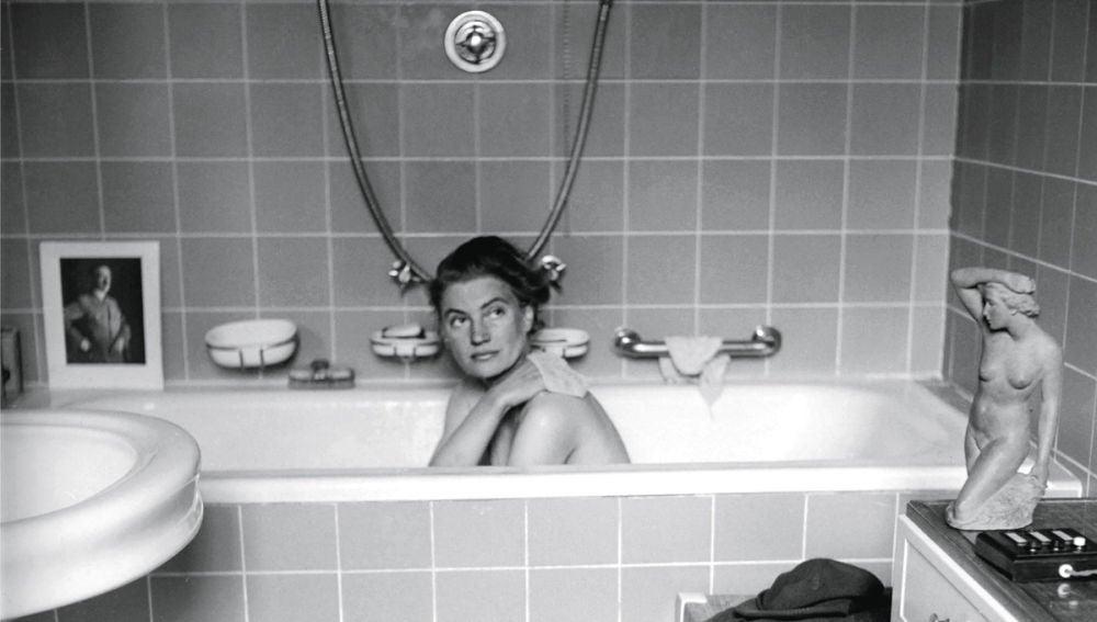 Lee Miller en la bañera de Hitler en 1945