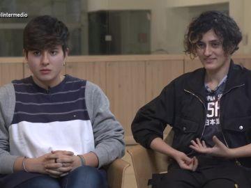 Dos jóvenes hablan en El Intermedio
