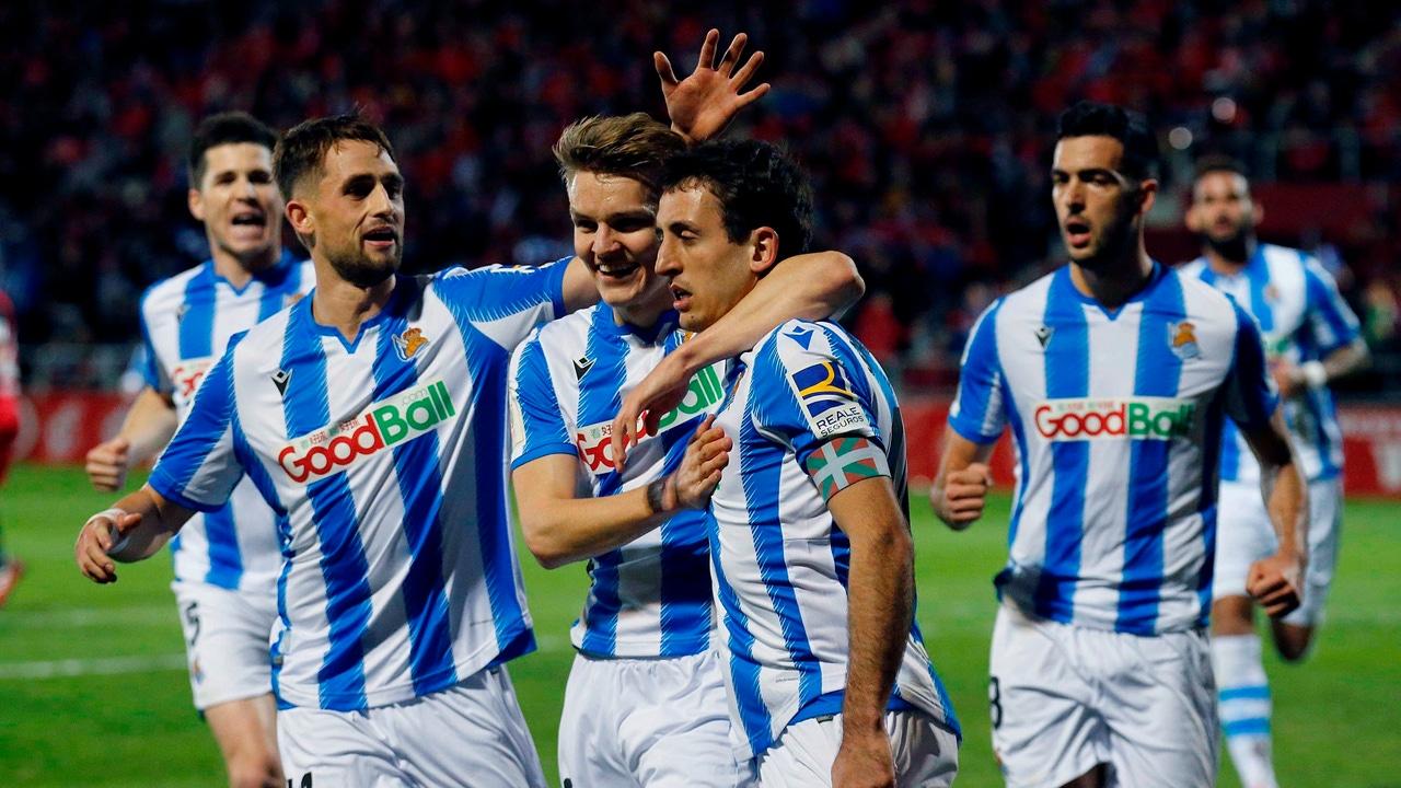 Los jugadores de la Real Sociedad celebran un gol.