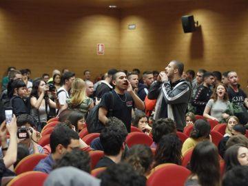 Un grupo de personas interrumpen el acto de Pablo Iglesias