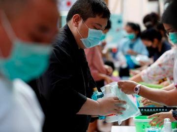 Personas con mascarilla por el brote de coronavirus