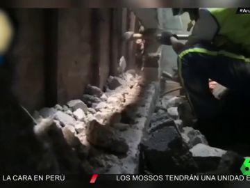 El heroico rescate de unos bomberos a una recién nacida que arrojaron entre los muros de una vivienda