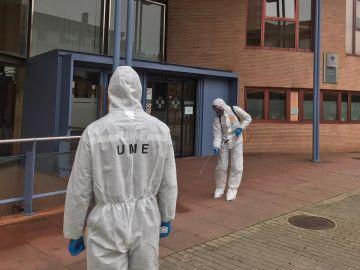 Efectivos de la UME realizan labores de limpieza.