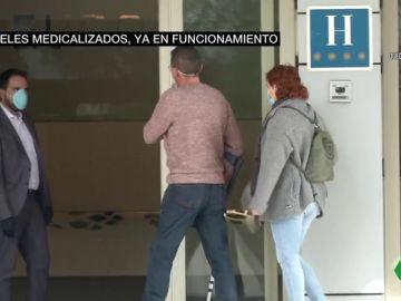 Dos pacientes entrando a un hotel medicalizado en Madrid