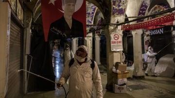 Operarios sanitarios realizan labores de limpieza en el Gran Bazar de Estambul (Turquía)
