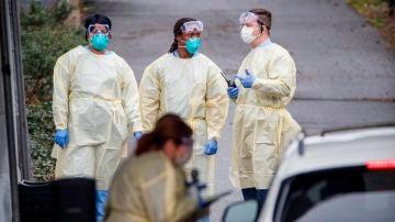 Sanitarios realizando una prueba rápida de coronavirus
