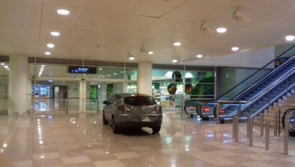 Imagen del vehículo en el interior de la T1 del aeropuerto barcelonés