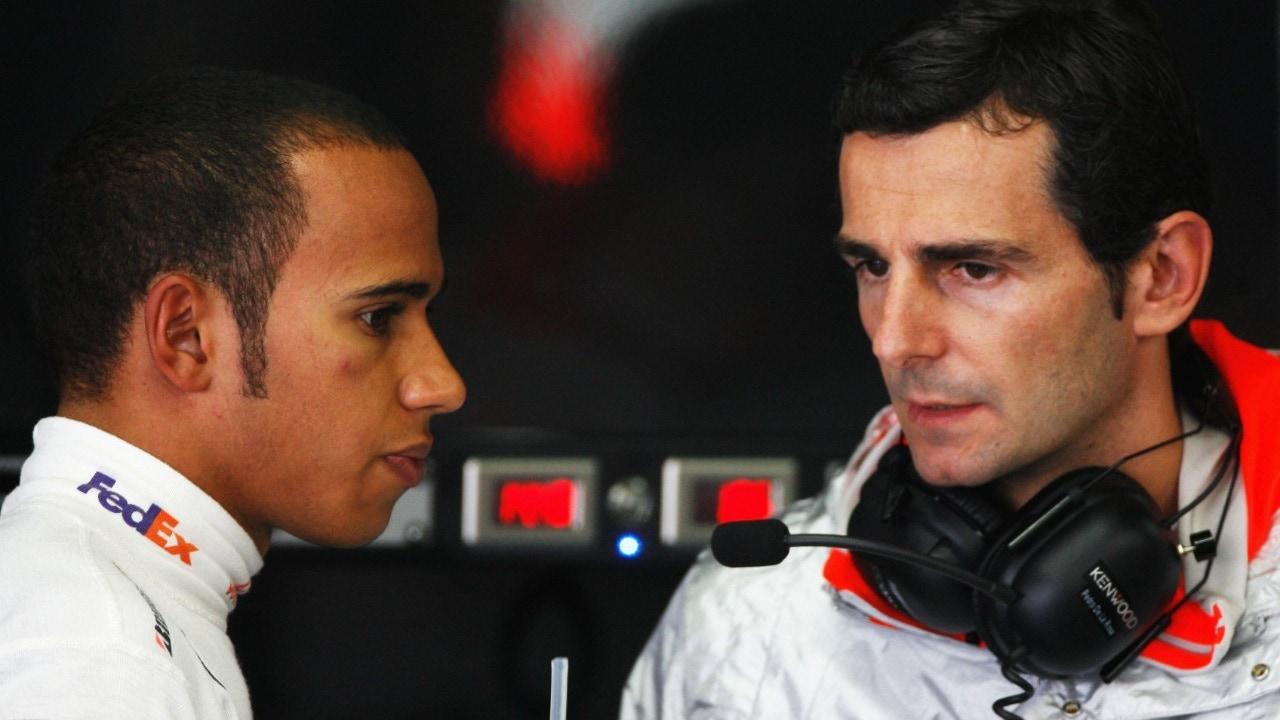 Lewis Hamilton, con De la Rosa