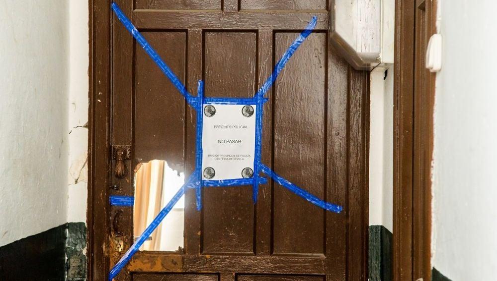 Imagen de la vivienda en la que un hombre ha apuñalado a su pareja en el cuello en Sevilla