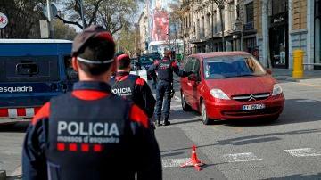 Agentes de los Mossos d'Esquadra realizan un control en pleno centro de Barcelona