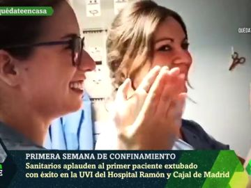 El aplauso de los sanitarios al primer paciente extubado con éxito en la UVI del Ramón y Cajal de Madrid