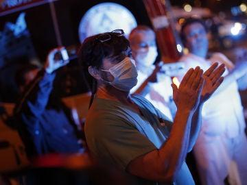 Profesionales sanitarios aplauden en las afueras de un hospital