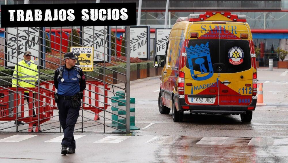 Una ambulancia llega al hospital de emergencia habilitado en Ifema (Madrid)