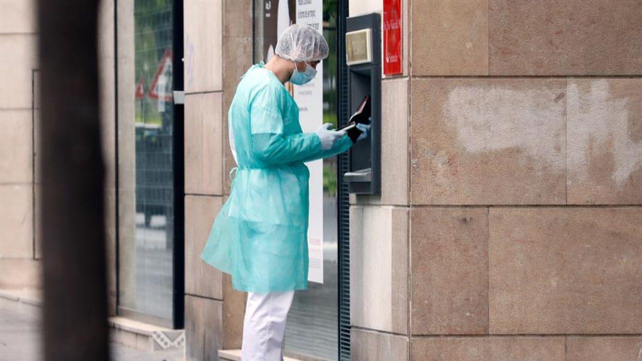 Un hombre saca dinero en pleno estado de alarma por el coronavirus