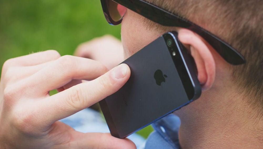 Usuario utilizando un smartphone