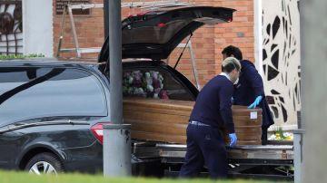 Llegada de un féretro al crematorio del cementerio de La Almudena en Madrid