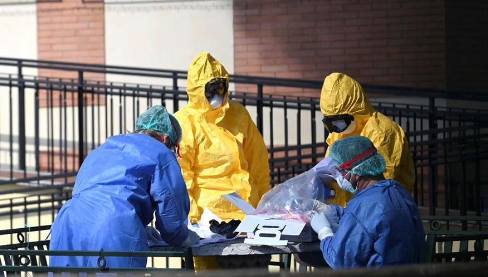 Sanitarios trabajan contra el coronavirus