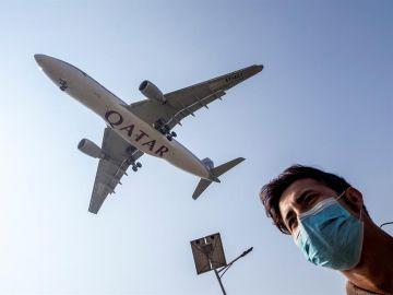 Un hombre con mascarilla en las inmediaciones de un aeropuerto