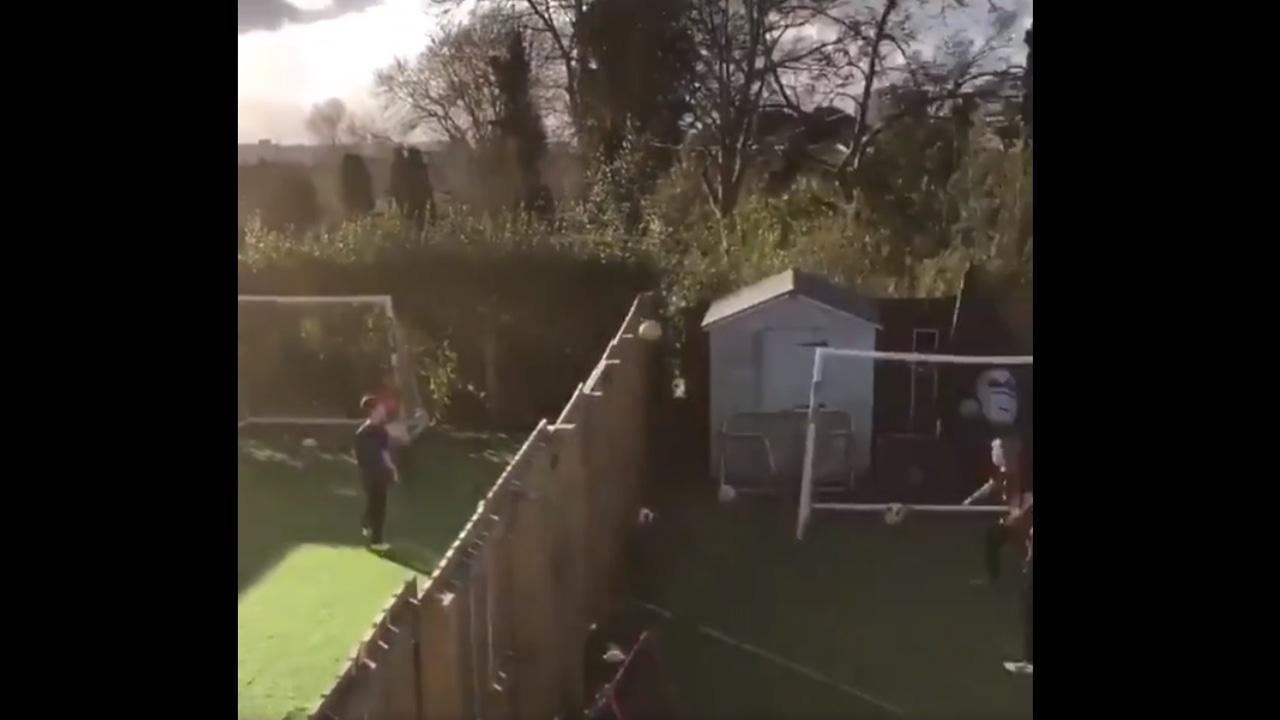 Niños jugando al fútbol-tenis de casa a casa